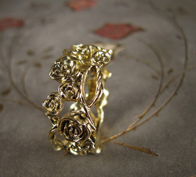 carved climbing rose vine ring in 18K gold