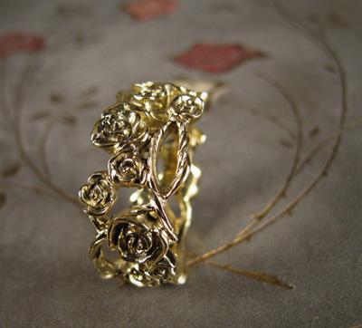 carved climbing rose vine ring in 18K gold