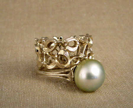 18K white Tahitian pearl solitaire with wide carved mistletoe band