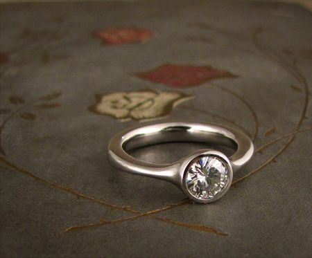 Low-profile solitaire in palladium 950